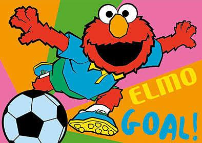 サッカーをするエルモ