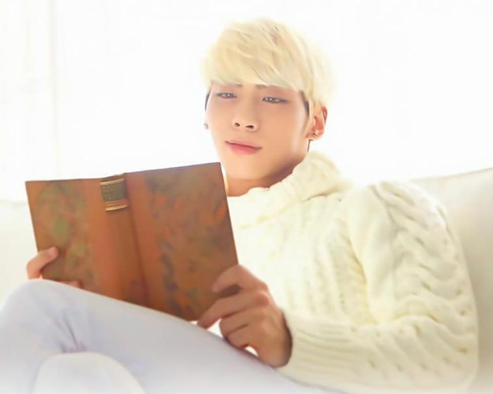 金髪の本を読んでいるジョンヒョンです。