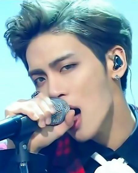 歌っているジョンヒョンの高画質画像です。