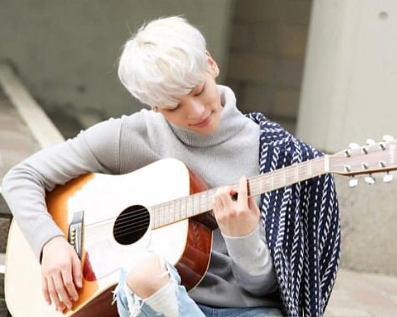 ギターを弾いているジョンヒョンの高画質画像です。