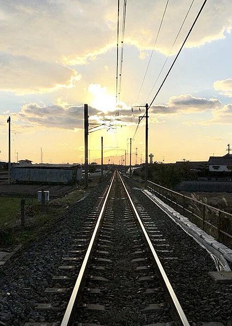 西へ。 夕方の線路の画像(プリ画像)