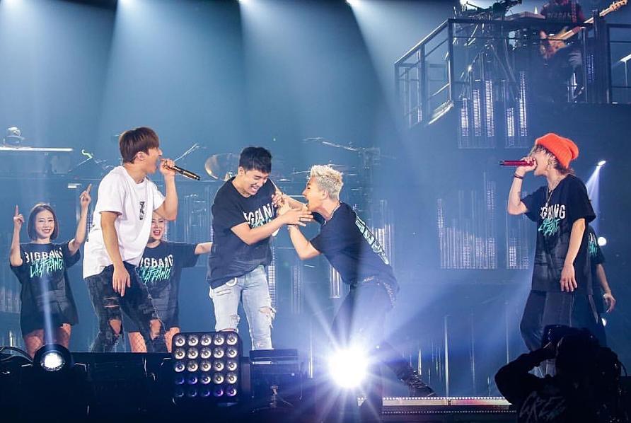 ライブでのメンバーのじゃれている高画質画像です。