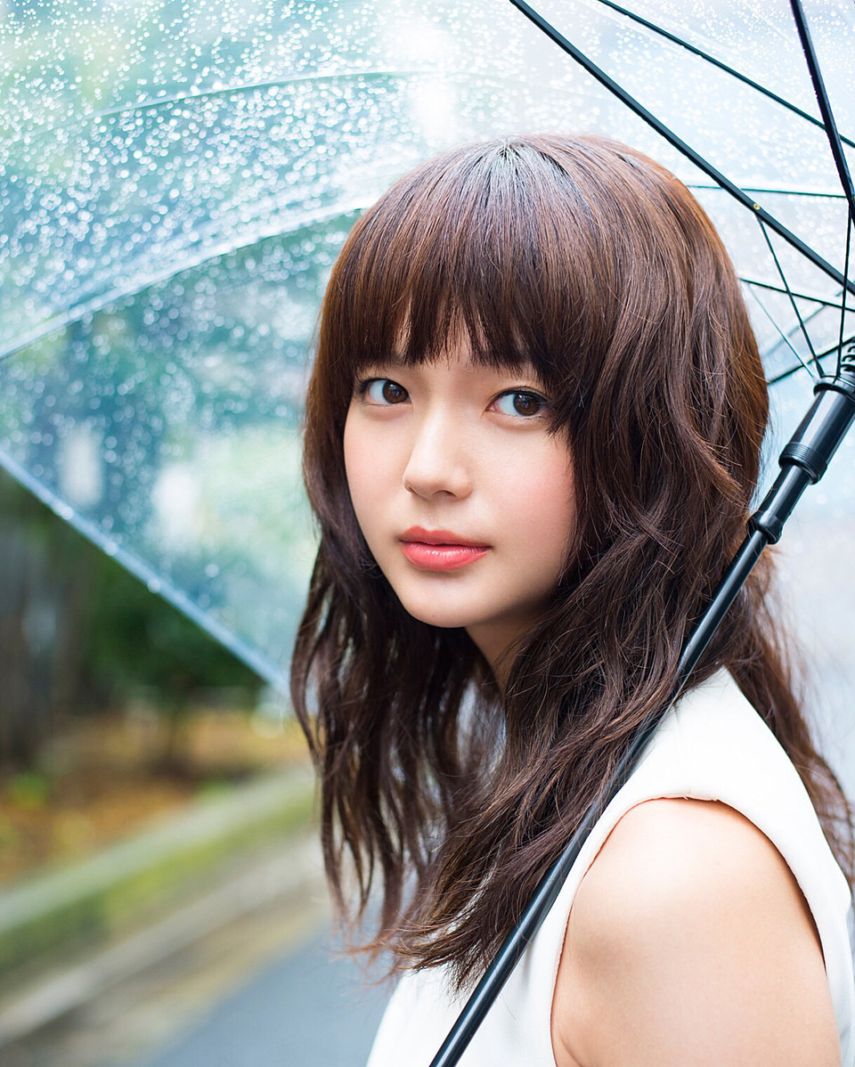 雨の中傘をさす多部未華子