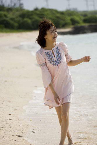 浜辺でワンピース姿の小林麻耶。