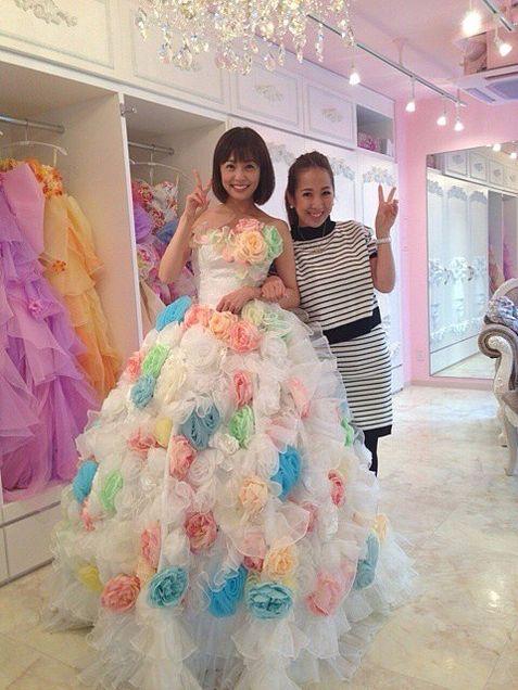 華やかなドレス姿の小林麻耶。