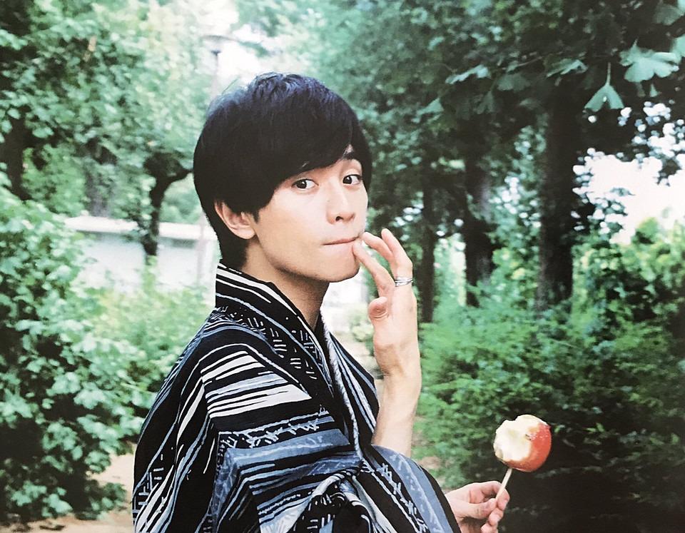 リンゴ飴を食べる中島健人