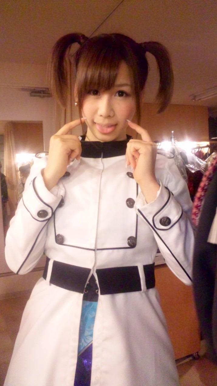 白い衣装を着て指を頬っぺたにぷにっとしている大家志津香