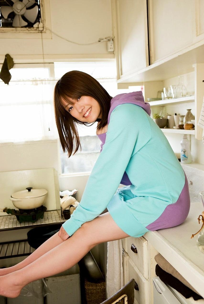 キッチンでくつろぐ福田沙紀