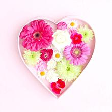 ハートの中にピンクのお花 プリ画像
