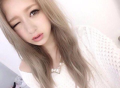 ウィンクをする池田美優。