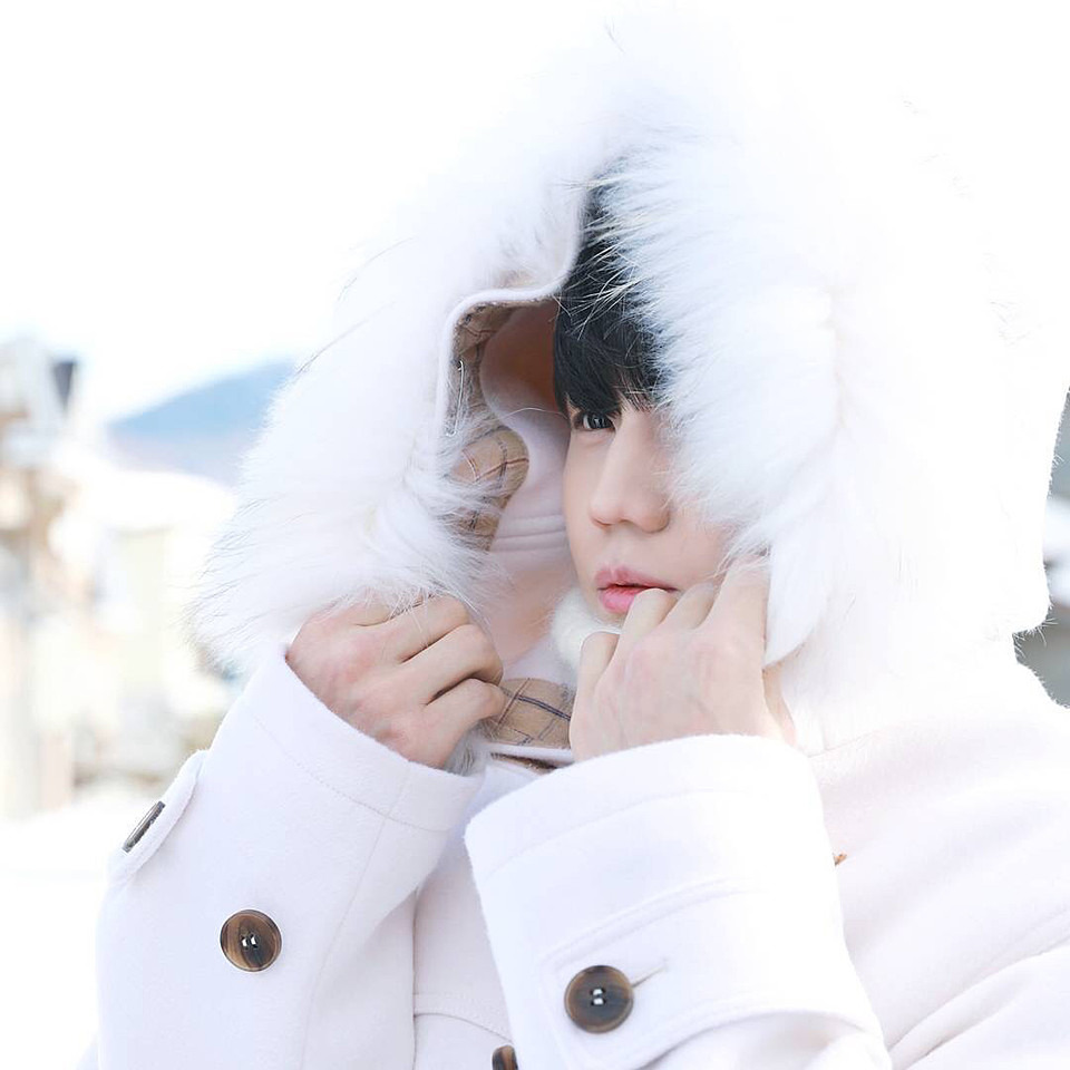 雪の中でフードをかぶっているヨソプの高画質画像です。
