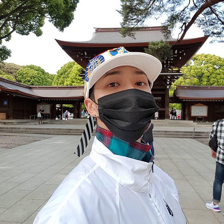 神社にいるマスク姿のギグァン高画質画像です。