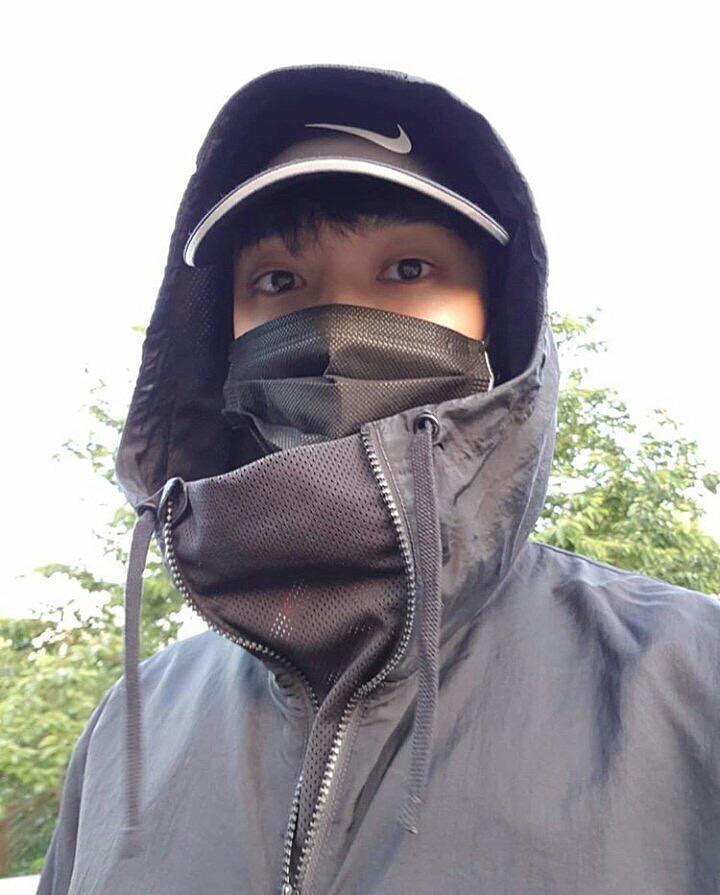 マスクをしてパーカーをかぶっているギグァン高画質画像です。