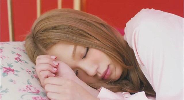 眠る西野カナ