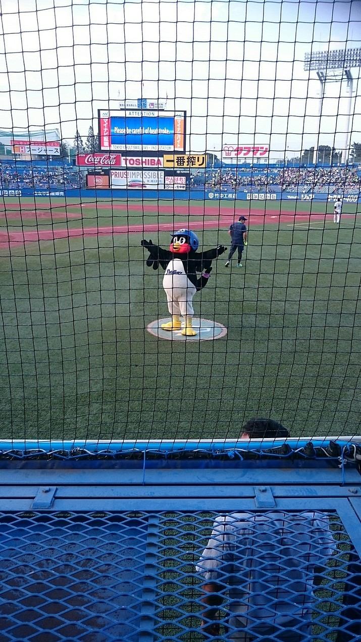 ファンにポーズをしているつば九郎です。