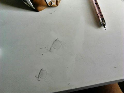 机に落書きした結果←の画像(プリ画像)