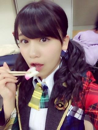 かまぼこをパクッ、小嶋真子