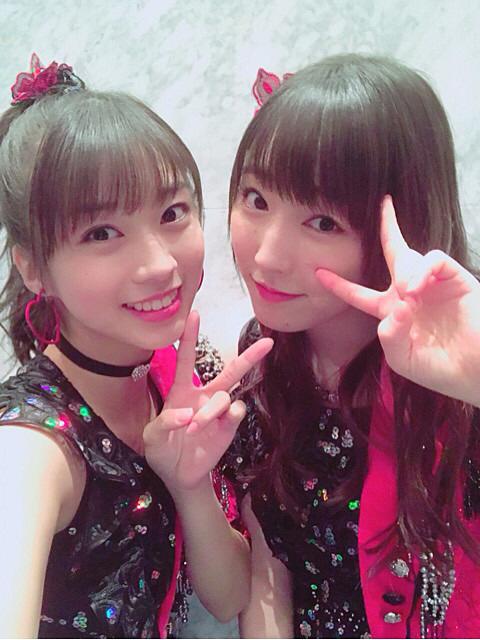 ピンクと黒のかわいい衣装を着る譜久村聖