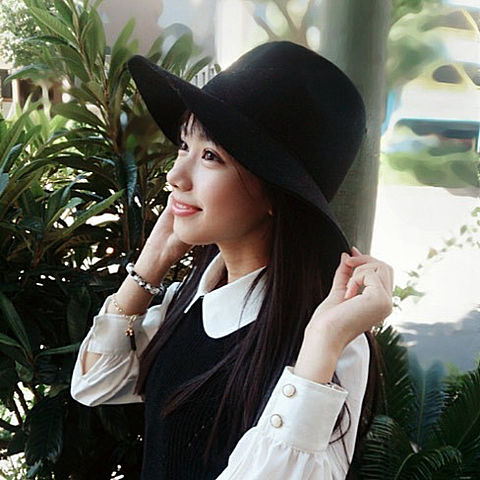 黒いハットを被り黒いトップスを着用している黒崎レイナ