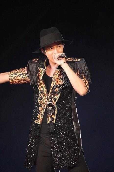 ライブでヒョウ柄の衣装を着る浦田直也