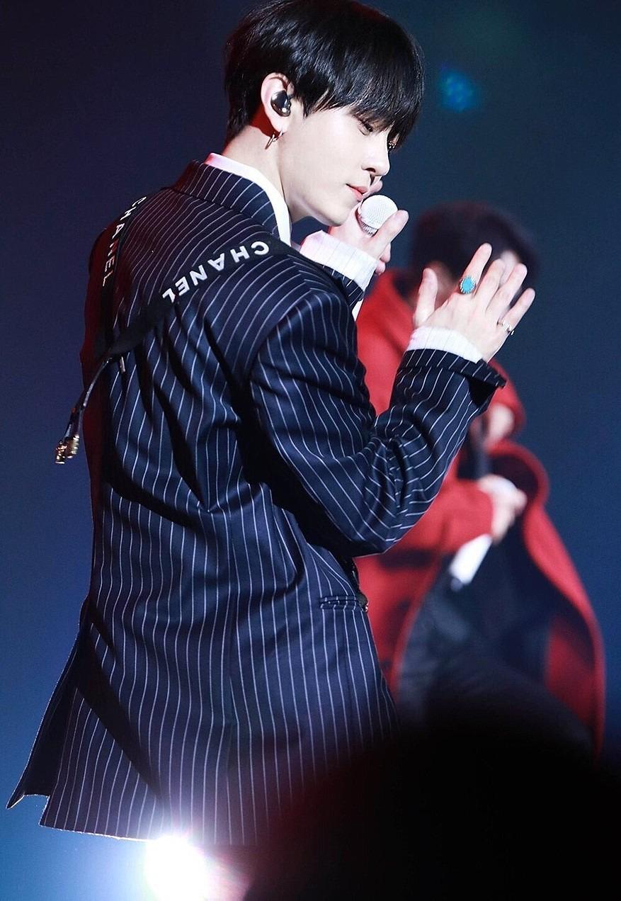 ライブで踊っているジュンヒョン高画質画像です。