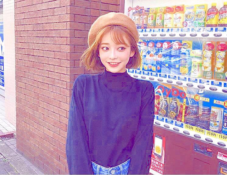 自動販売機の前で笑顔の素敵なカン・テリです。