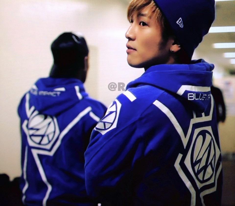 ニット帽を被り青色のパーカーを着用している岩田剛典