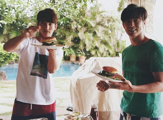 ハンバーガーを食べようとしているチャンミンとユンホのオフショット。