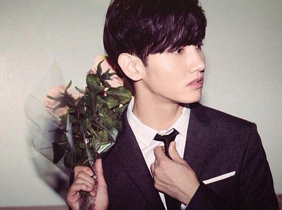 花を持ってネクタイをしめなおしているチャンミン。