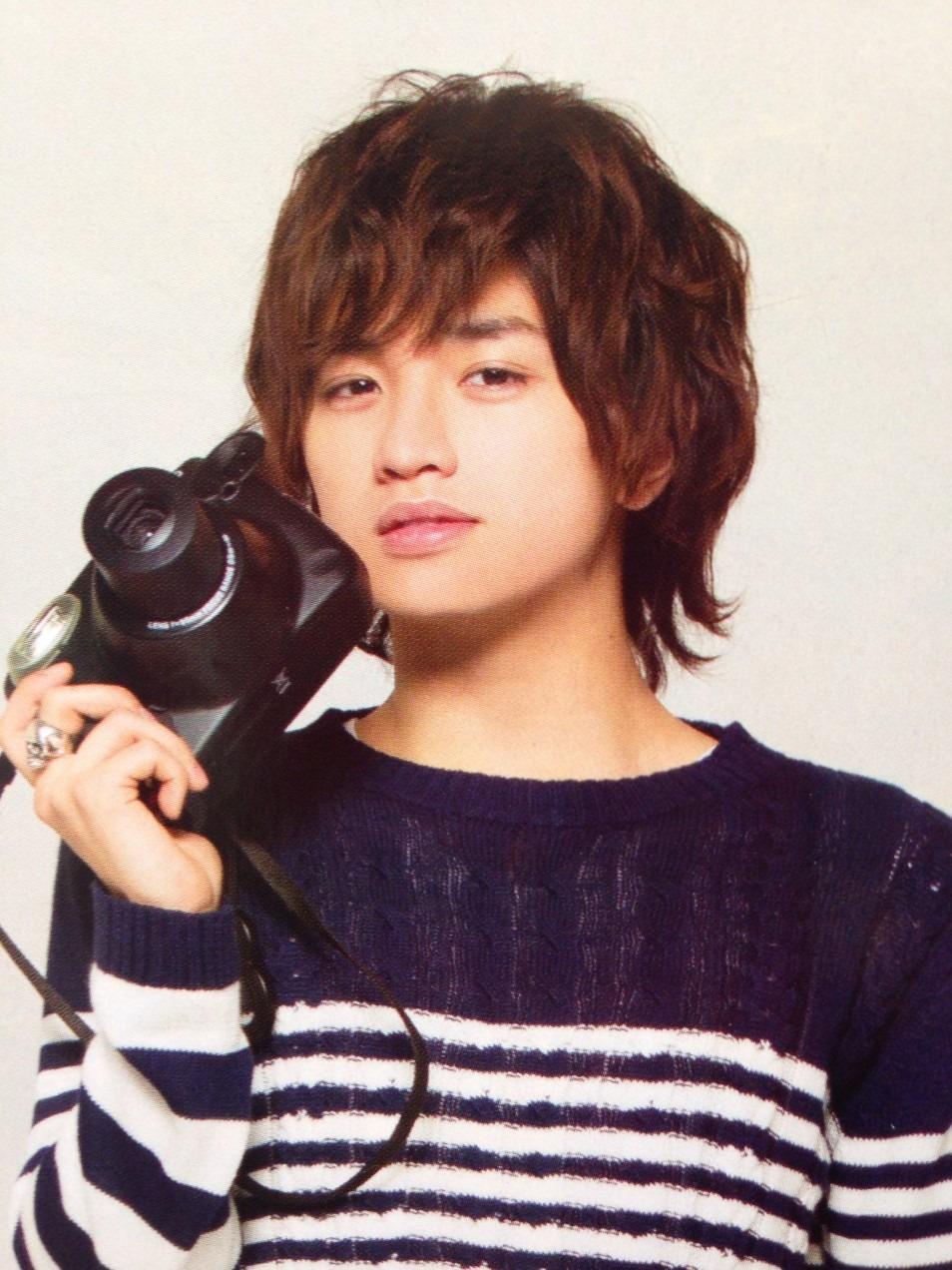 カメラ片手に見下ろす中島健人