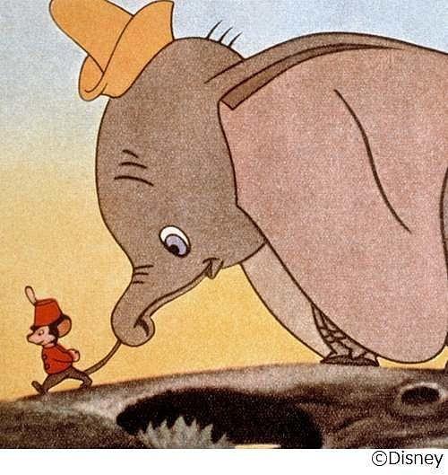 ティモシーの尻尾をつかんでいるダンボです。