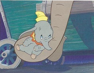 象の鼻にひっかけられているダンボです。