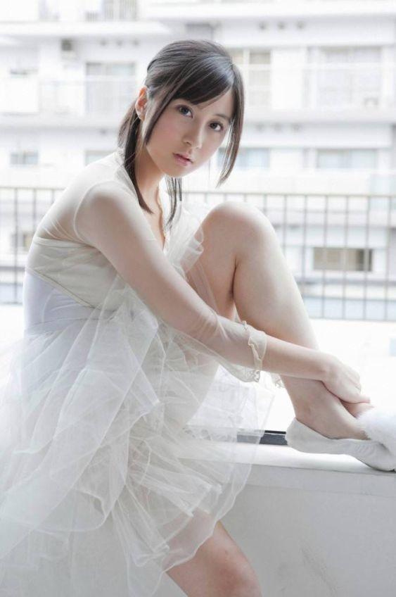 白いふんわりとした洋服の小野恵令奈