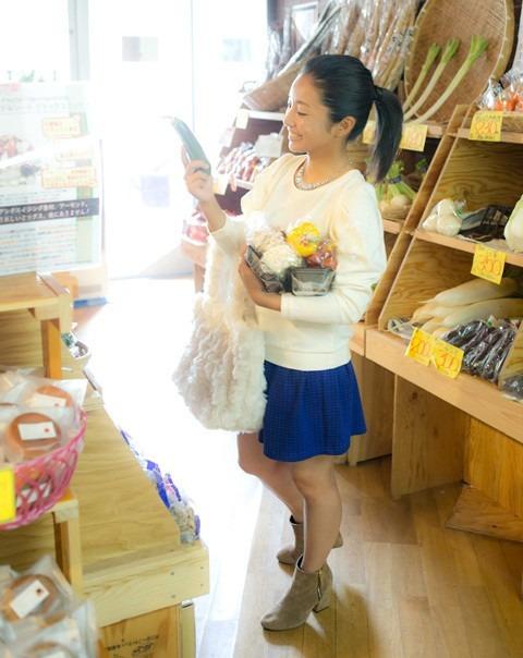 スーパーで買い物をする片岡安祐美