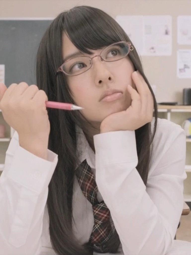 山田菜々 制服眼鏡