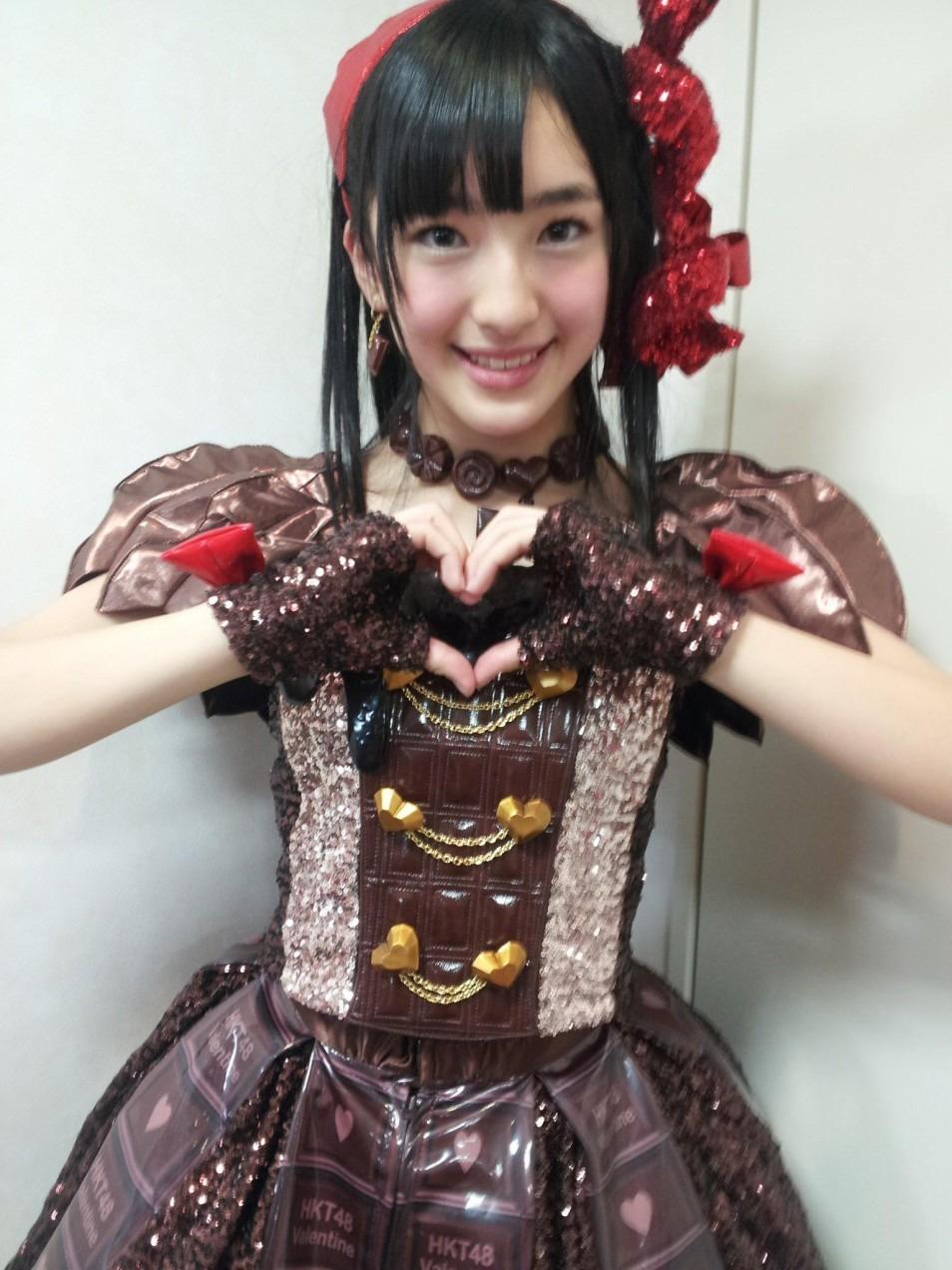 チョコレート色の衣装で笑顔のHKT48田島芽瑠
