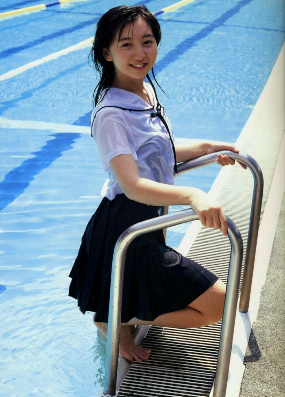 制服姿の飯田里穂さん