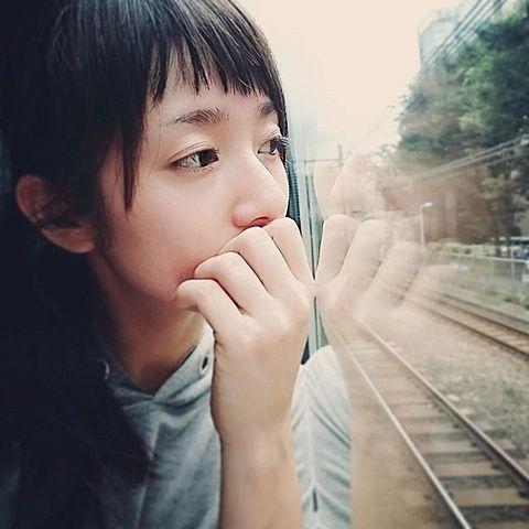 外を見つめる木村文乃。