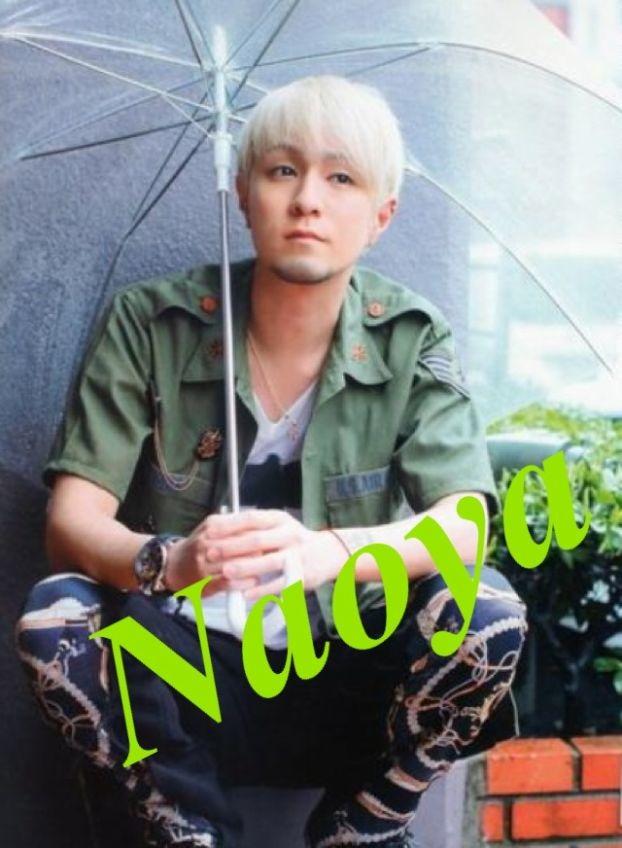 ビニール傘をさしてしゃがみ込む浦田直也