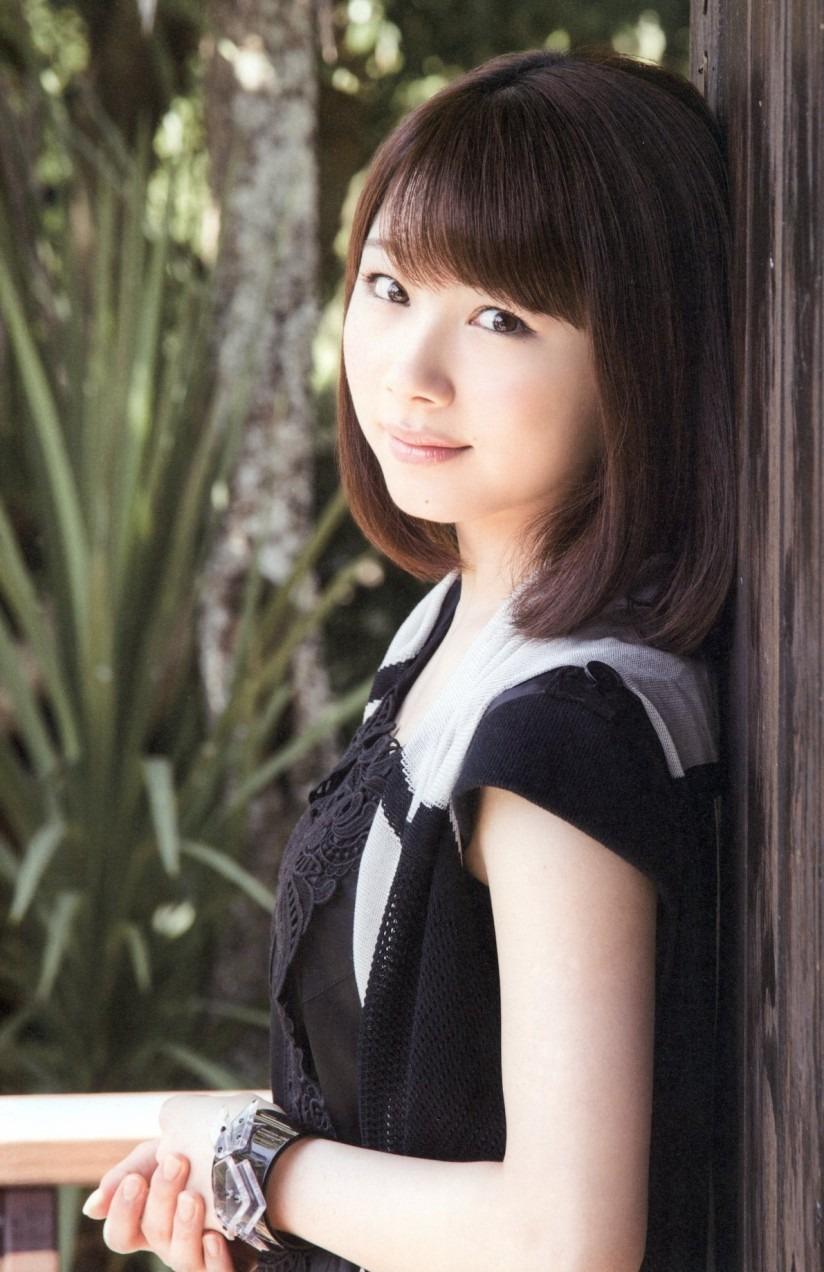 壁に寄りかかっている石田亜佑美