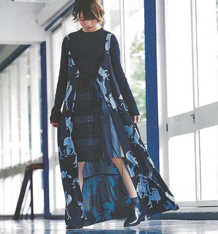 青い衣装の志田愛佳です。