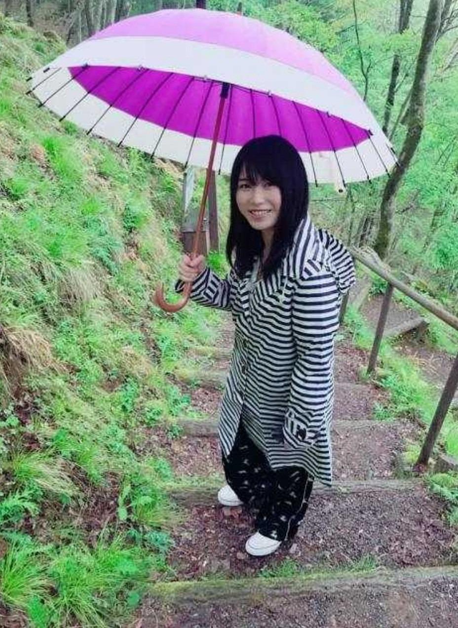 山道で傘を差した横山由依