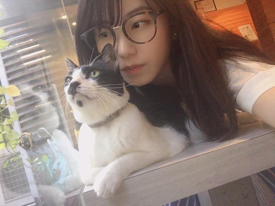 猫にのしかかる眼鏡の横山由依