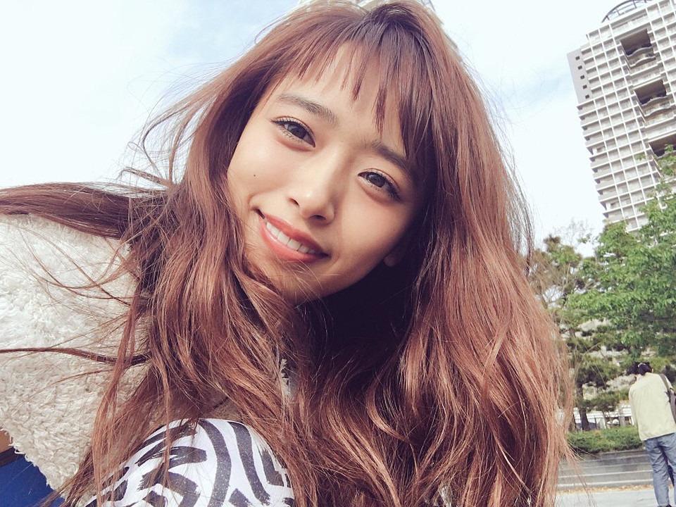 ロングヘアで笑顔を浮かべながら自撮り撮影をしている近藤千尋