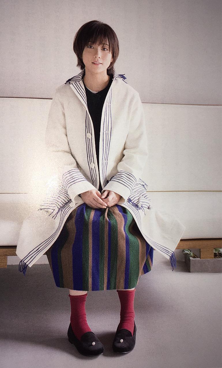 白シャツのようなコートを着る木村文乃