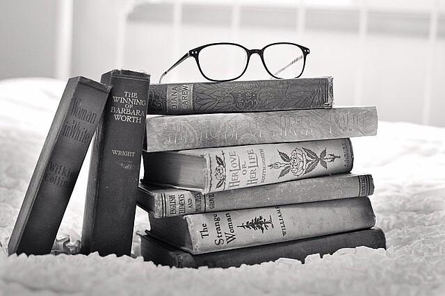 眼鏡と古書のモノクロ・白黒写真の壁紙