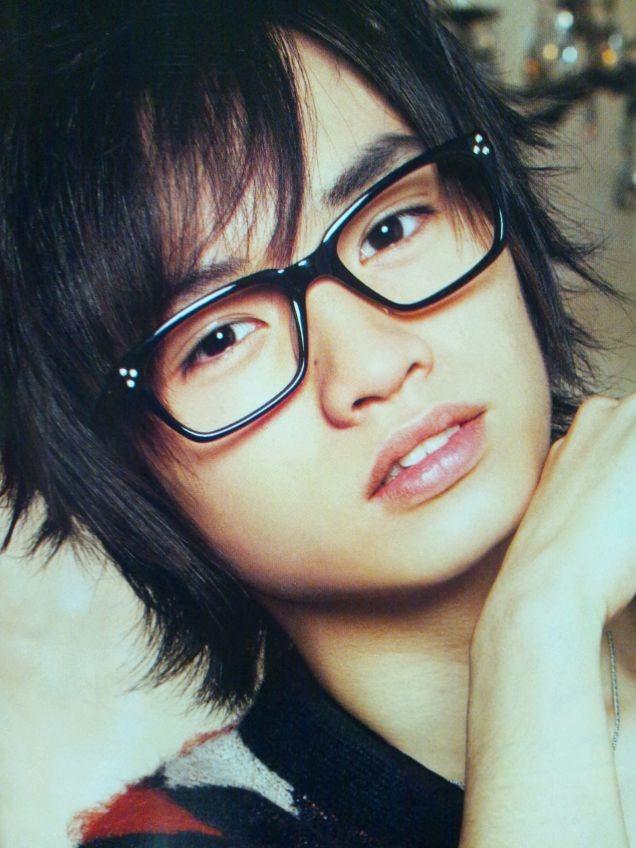 黒縁メガネも似合う中島健人