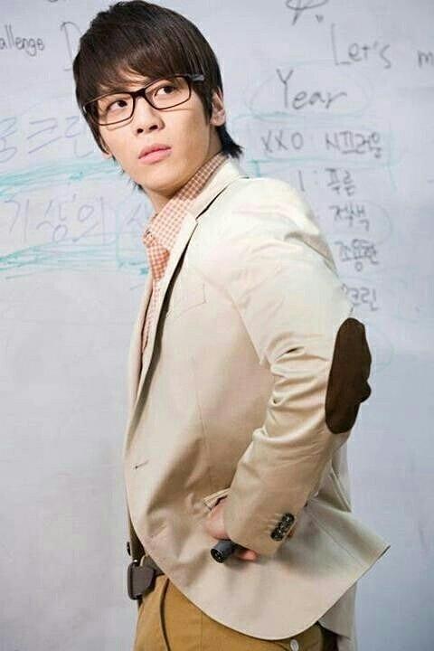 メガネをかけているジョンヒョンの高画質画像です。