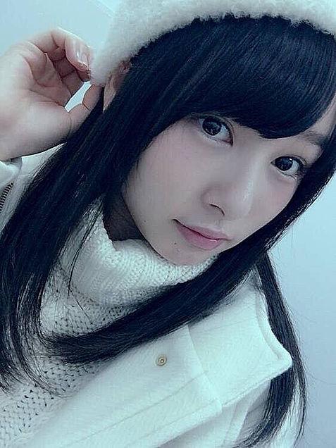 さらさら黒髪が似合っている白い帽子を被っている桜井日奈子