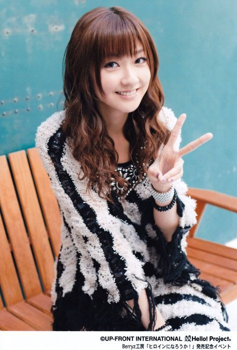 白黒の可愛い服にアクセサリーが似合っている熊井友理奈